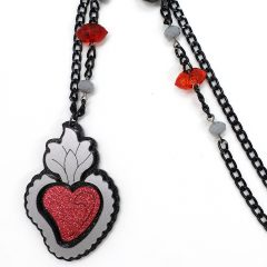 "Collana lunga cuore ex voto ""fiamma""  DIM. catena aperta 84cm  DIM. ciondolo 4.5x6.5cm  Plexiglass nero silver e rosso glitter Catena nera ed elementi metallici in metallo nickel free e perline colorate"